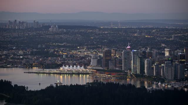 Luftaufnahme Vancouver und die Lions Gate Bridge in der Dämmerung