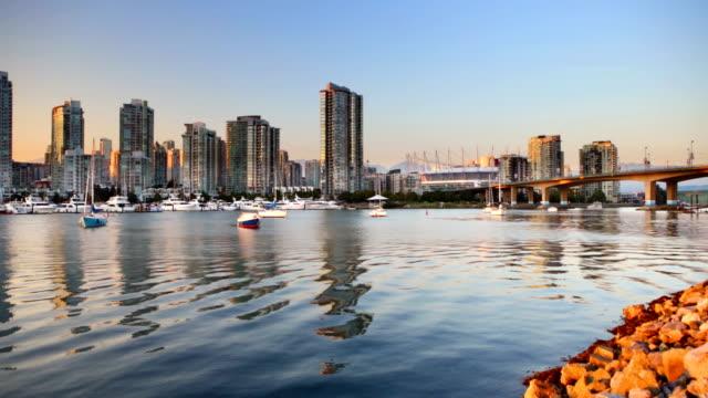 Vancouver, British Columbia, Kanada-skyline auf dem Wasser bei Sonnenuntergang