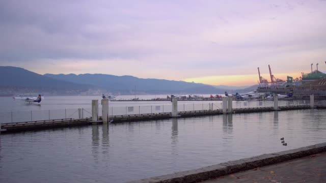 山の景色を望むバンクーバーの街並み - 水上飛行機点の映像素材/bロール