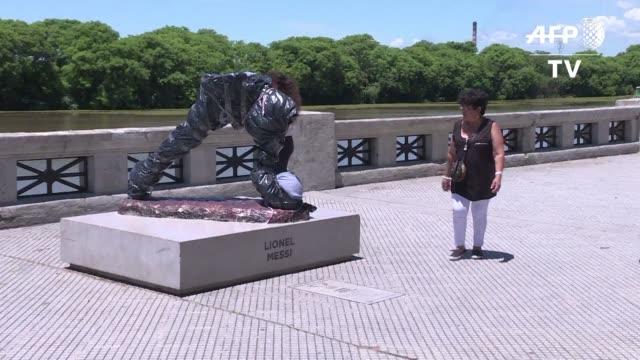 vandalos en buenos aires destruyeron la estatua del astro del futbol lionel messi dejando la escultura sin torso el martes - escultura stock videos & royalty-free footage