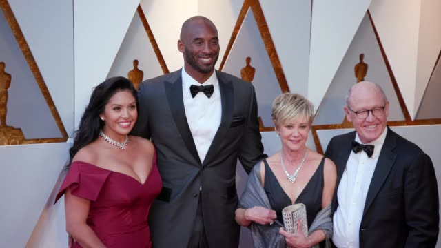 stockvideo's en b-roll-footage met vanessa laine bryant kobe bryant linda hesselroth and glen keane at the 90th academy awards arrivals at dolby theatre on march 04 2018 in hollywood... - kobe and vanessa bryant
