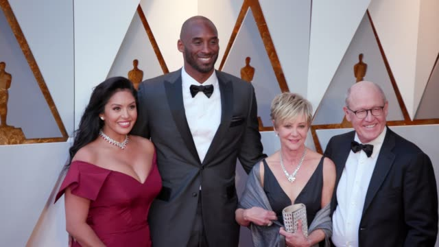 stockvideo's en b-roll-footage met vanessa laine bryant kobe bryant linda hesselroth and glen keane at 90th academy awards arrivals 4k footage at dolby theatre on march 04 2018 in... - kobe and vanessa bryant
