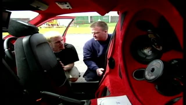vídeos de stock, filmes e b-roll de vanilla ice checks out a modified car on the men motors show 'ice with jordan' - vanguardista