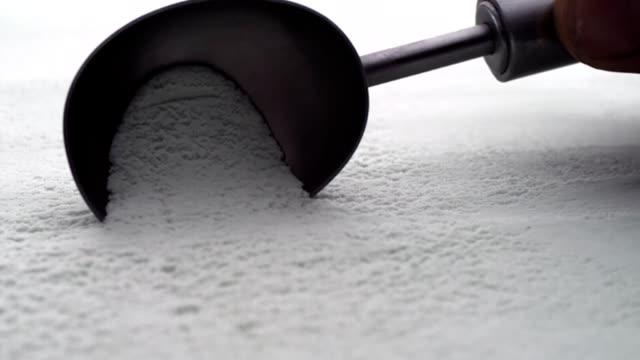vídeos y material grabado en eventos de stock de helado de vainilla sacar con pala - helado de vainilla