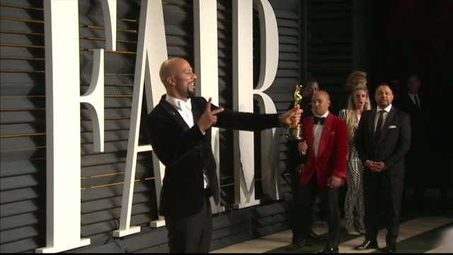 vídeos y material grabado en eventos de stock de vanity fair oscars party arrivals at the wallis annenberg center for the performing arts in beverly hills exterior shots rapper common holding oscar... - vanity fair oscar party
