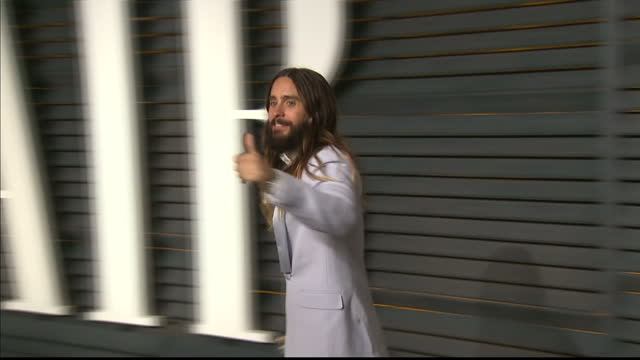 vanity fair oscars party arrivals at the wallis annenberg center for the performing arts in beverly hills exterior shot actor jared leto waving on... - festa post oscar di vanity fair video stock e b–roll