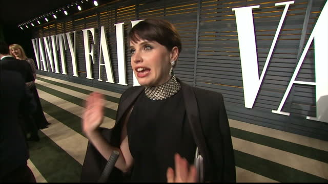 vanity fair oscars party arrivals at the wallis annenberg center for the performing arts in beverly hills exterior interview felicity jones actress... - festa post oscar di vanity fair video stock e b–roll