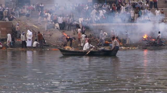 varanasi funeral pyre - ヒンズー教点の映像素材/bロール