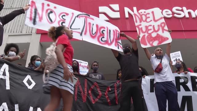 varias manifestaciones contra el racismo se desarrollaron el domingo frente a establecimientos del grupo carrefour en brasil para protestar por el... - catena di negozi video stock e b–roll
