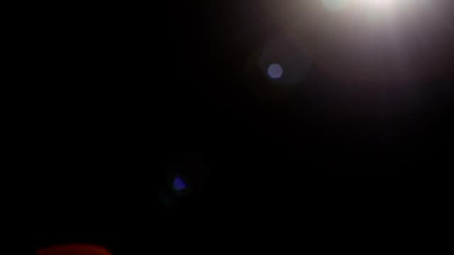 黒い背景の暗い部屋で実際の光線フィルム効果のバリエーション - 燃焼煙突点の映像素材/bロール