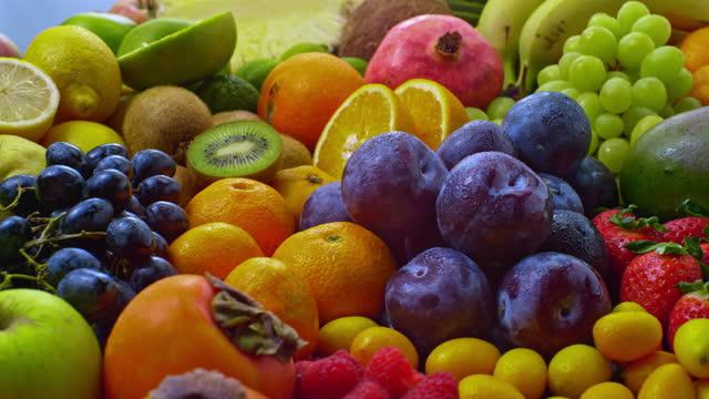 vídeos de stock e filmes b-roll de slo mo ld varied fruits rotating - uva