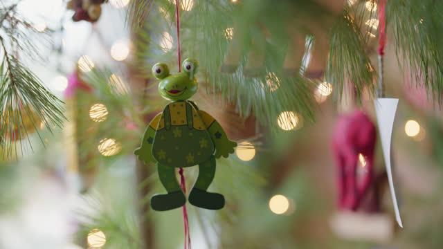 cu variety of christmas tree ornaments hang on tree - lichterkette dekoration stock-videos und b-roll-filmmaterial