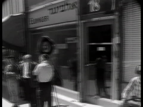 variety of citizens stand on the city streets of jerusalem and listen to the trial of adolf eichmann. - ゲシュタポ点の映像素材/bロール