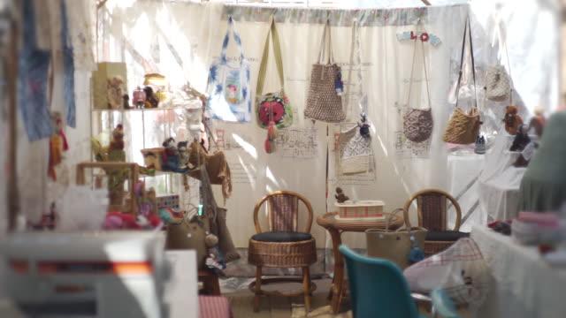 olika handgjorda väskor på display i en butik, handgjorda och hantverk koncept. - bag bildbanksvideor och videomaterial från bakom kulisserna