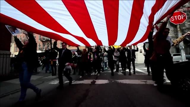 varios cientos de personas marcharon el domingo en nueva york a favor del matrimonio homosexual en estados unidos voiced marcha por union gay on... - personas stock videos & royalty-free footage