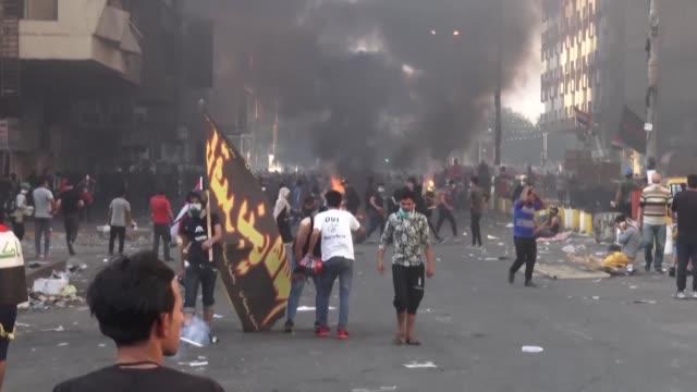 vídeos de stock, filmes e b-roll de varios manifestantes murieron el sabado en el centro de bagdad - irak