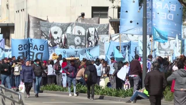 varios miles de manifestantes de movimientos sociales se movilizaron el miercoles en el centro de buenos aires para reclamar al gobierno liberal de... - mauricio macri stock videos and b-roll footage