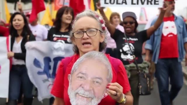 varios miles de simpatizantes del expresidente brasileno luiz inacio lula da silva pidieron su liberacion el domingo frente a la carcel de curitiba... - brasile meridionale video stock e b–roll