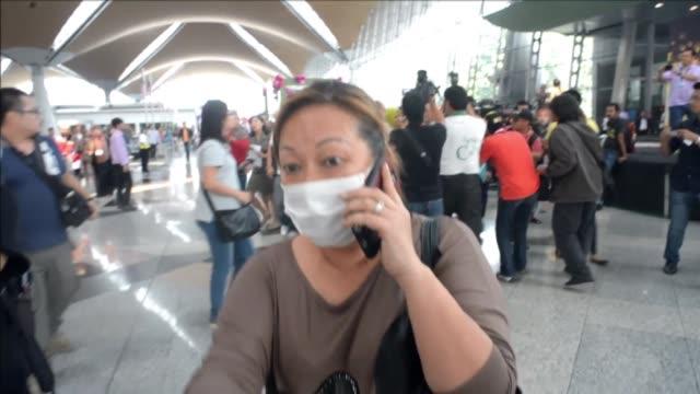 varios paises asiaticos buscaban este sabado un boeing 777 de la aerolinea malaysia airlines desaparecido con 239 personas a bordo cuando volaba... - flugpassagier stock-videos und b-roll-filmmaterial