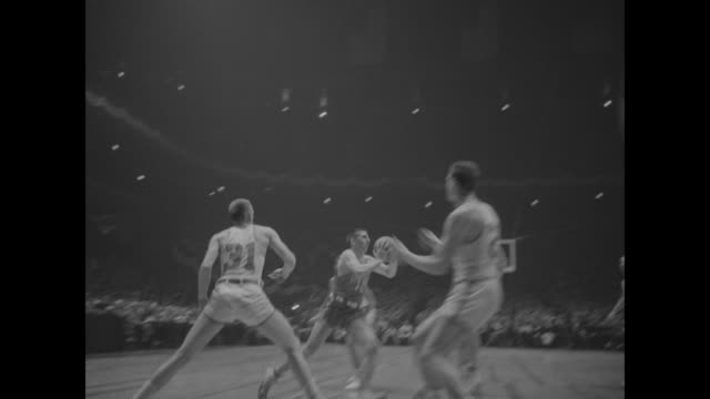 various action shots of game between louisville cardinals and dayton university flyers in madison square garden, interspersed with shots of crowd in... - インターセプト点の映像素材/bロール