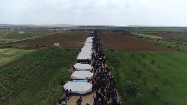 various aerial shots of palestinians gathered for the 'great march of return' at the israeli border near khan yunis, gaza on march 31, 2018. dubbed... - 2018年ガザ地区国境抗議点の映像素材/bロール