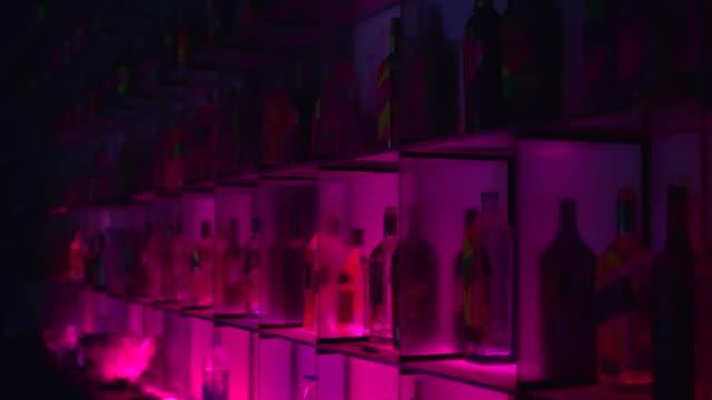 vidéos et rushes de diverses bouteilles d'alcool dans un bar - groupe moyen d'objets
