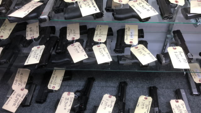 stockvideo's en b-roll-footage met various brands of pistols at a gun shop in north georgia usa - vuurwapenwinkel