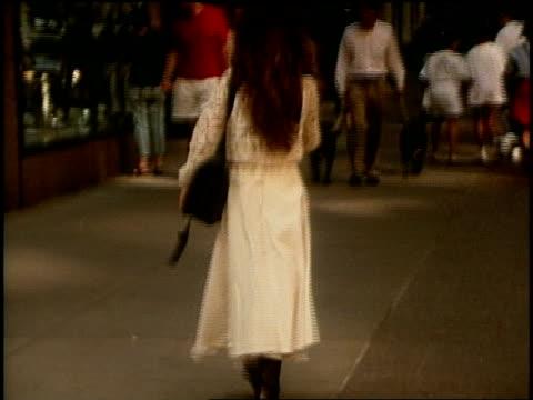 various b-roll shots of girls walking down nyc streets - 1990年点の映像素材/bロール