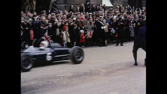 vidéos et rushes de montage various cars new and old on display at the lord mayor's show in london / united kingdom - graham hill