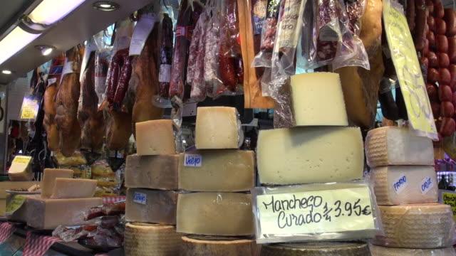 vídeos y material grabado en eventos de stock de various cheese and ham sold at food market - queso