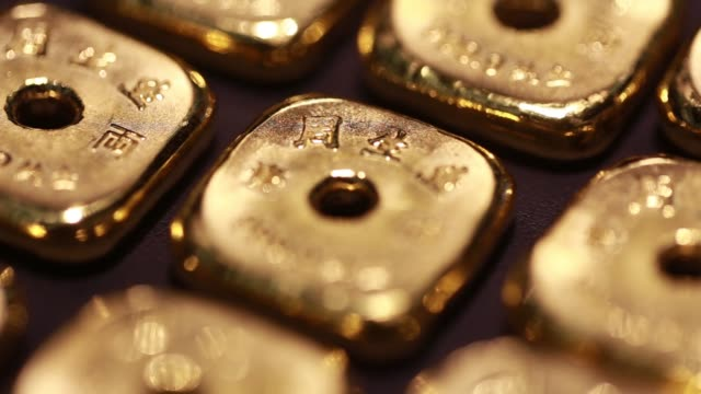 vidéos et rushes de various close up views of 1tael gold bars displayed inside a chow sang sang holdings international ltd jewelry store in the mong kok district of hong... - mong kok