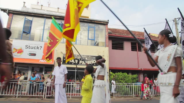 stockvideo's en b-roll-footage met ms pan tu td various dancers, performers and musicians parade in seenigama annual perahern parade in buddhist procession audio / sinigama, southern province, sri lanka - sri lankaanse cultuur