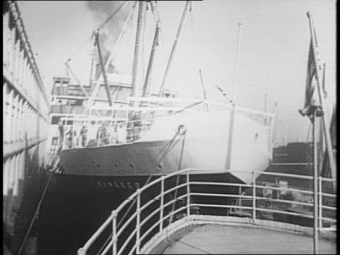 vidéos et rushes de various exterior angles of ss munargo / workers refitting munargo for military service / exterior view of ss washington with officials standing on... - général grade militaire