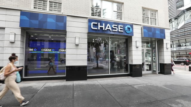 vidéos et rushes de various exterior shots of jp morgan chase bank citibank and wells fargo bank in new york city new york state us on sunday july 12 2020 - écriture européenne