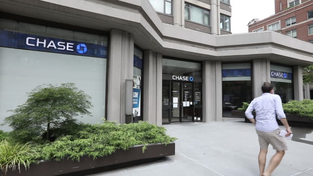 stockvideo's en b-roll-footage met various exterior shots of jp morgan chase bank citibank and wells fargo bank in new york city new york state us on sunday july 12 2020 - winkelbord