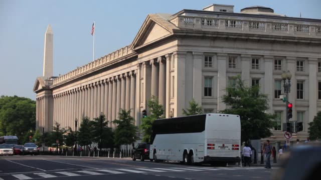 various exterior shots of us treasury building / wide of greek columns and building facade with traffic driving by / the department of the treasury... - 財務省ビル点の映像素材/bロール