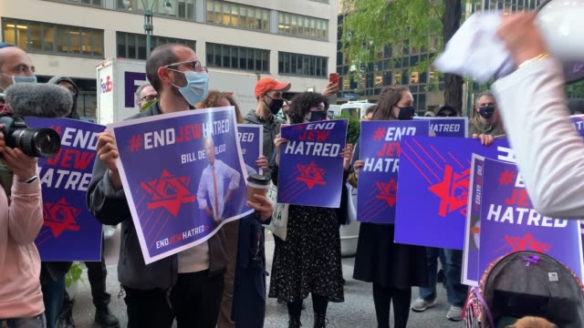 various groups protest in manhattan against the closing of some schools and businesses in jewish neighborhoods due to a spike in the numbers of... - religion stock-videos und b-roll-filmmaterial