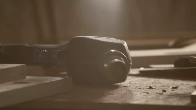 vari strumenti a mano, sul tavolo, primo piano - carpenteria video stock e b–roll