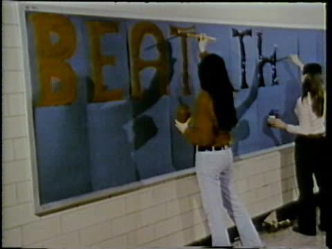1972 montage various high school scenes, arlington, virginia, usa / audio - 1972年点の映像素材/bロール