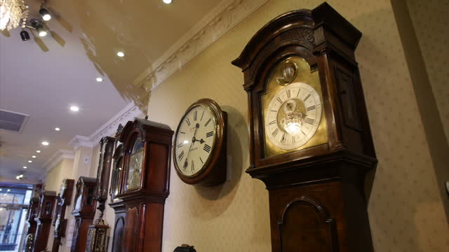 vídeos y material grabado en eventos de stock de various interior shots of antique-looking clocks in a clock shop , close ups of clocks, long clocks & wall clocks on display in store, hands ticking... - reloj de pared