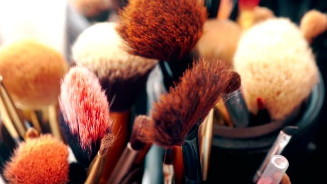 vidéos et rushes de différents pinceaux de maquillage. - pinceau à blush