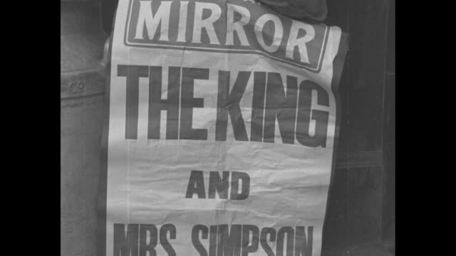"various newspapers addressing abdication crisis in great britain ""the king wants to marry mrs. simpson: cabinet advises 'no'"" / placard ""the king... - エドワード8世点の映像素材/bロール"