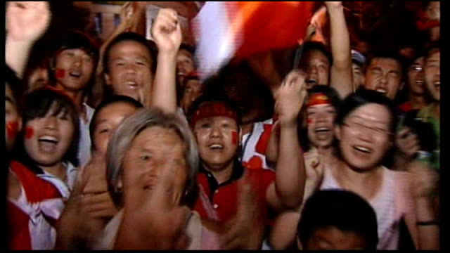 various of chinese people in crowd celebrating opening of olympic games - 2008年北京夏季オリンピック点の映像素材/bロール