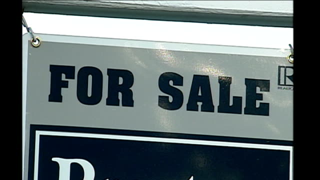 stockvideo's en b-roll-footage met ext various of for sale signs outside houses real estate auction sign outside property home auction sign - for sale korte frase