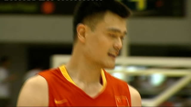 vidéos et rushes de various of yao ming playing in basketball match for chinese national team reporter to camera yao stretching during game - ming