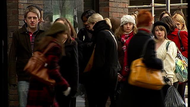 vidéos et rushes de various of young women attending look fashion swap charity event; england: london: ext various of young women queueing outside 'clothes swap' charity... - carte de fidélité