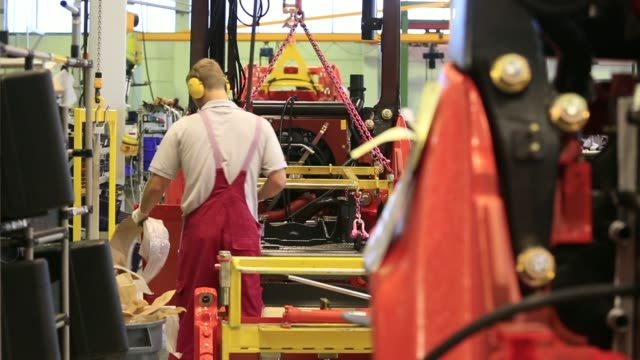 various shots an employee works on the chassis for a linde h50 forklift truck as its sits on the production line at the linde material handling gmbh... - pgaイベント点の映像素材/bロール