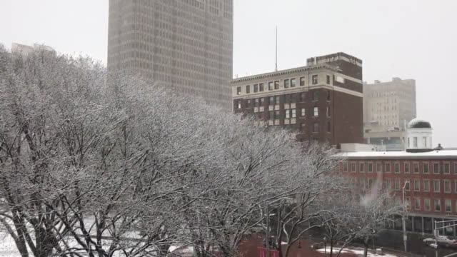 various shots around downtown new haven of snow coming down steadily on friday morning, march 10, 2017 at 8:30am. - ニューヘイブン点の映像素材/bロール
