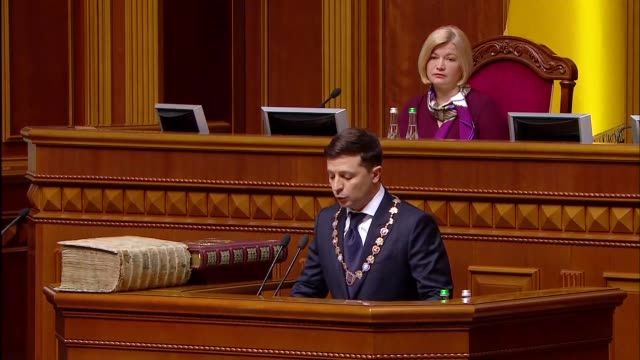various shots as newlyelected ukrainian president vladimir zelensky sworn in with an official ceremony at ukrainian parliament in kiev on may 20 2019 - 忠誠点の映像素材/bロール