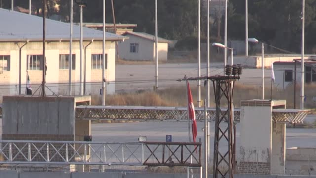 vidéos et rushes de various shots as turkish and syrian national army flags are being waved near the customs gate located at turkish border of the tal abyad town after... - turquie